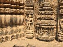 Las tallas complejas de un bailarín en el templo de Sun, Konark fotografía de archivo