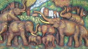Las tallas de piedra culturales de Tailandia en las paredes son fuertes, beauti Foto de archivo