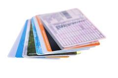 Las tarjetas de crédito arreglaron en una fan, aislada en el fondo blanco, cl Foto de archivo