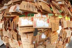 Las tarjetas de madera del rezo cuelgan en una capilla japonesa Foto de archivo
