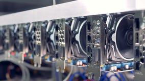 Las tarjetas de vídeo, GPU conectaron con el ordenador de la granja para la explotación minera del bitcoin almacen de video
