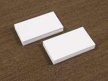 Las tarjetas de visita esconden la maqueta en la tabla de madera marrón Foto de archivo