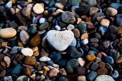 Las tarjetas del día de San Valentín empiedran en un Pebble Beach fotos de archivo libres de regalías