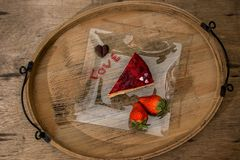 Las tarjetas del día de San Valentín excelentes desayunan de la torta del corazón de las fresas por el atasco con la letra de los fotografía de archivo libre de regalías