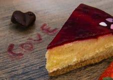 Las tarjetas del día de San Valentín excelentes desayunan de la torta del corazón de las fresas por el atasco con la letra de los imagen de archivo