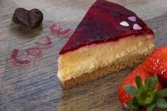 Las tarjetas del día de San Valentín excelentes desayunan de la torta del corazón de las fresas por el atasco con la letra de los imagen de archivo libre de regalías