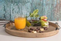 Las tarjetas del día de San Valentín excelentes desayunan del zumo de naranja, de los chocolates del corazón y de las rosas imágenes de archivo libres de regalías