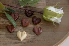 Las tarjetas del día de San Valentín excelentes desayunan del zumo de naranja, de los chocolates del corazón y de las rosas fotografía de archivo libre de regalías