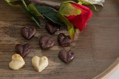 Las tarjetas del día de San Valentín excelentes desayunan del zumo de naranja, de los chocolates del corazón y de las rosas imagen de archivo libre de regalías