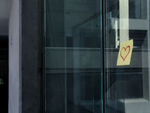 Las tarjetas del día de San Valentín fijan en una oficina Imagenes de archivo