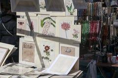 Las tarjetas hermosas para la venta en el mercado de Portobello cerca de Notting Hill bloquean Londres Fotos de archivo libres de regalías