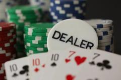 Las tarjetas y el distribuidor autorizado de fichas de póker firman mostrar la casa llena con 10 y el as en cierre para arriba fotos de archivo