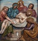 las 14tas estaciones de la cruz, Jesús se ponen en la tumba y se cubren en incienso Foto de archivo libre de regalías