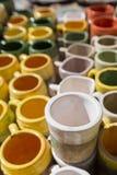 Las tazas coloreadas del compañero vendieron en el mercado en Puente del Inca Fotografía de archivo