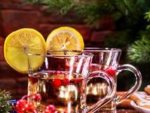 Las tazas con el limón de la decoración del sacador cortan la bebida caliente Fotografía de archivo