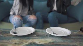 Las tazas de café se cierran para arriba tazas y bebida de la toma de las muchachas al mismo tiempo almacen de metraje de vídeo