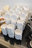 Las tazas de cerámica blancas arreglan ir de fiesta o cena del evento Fotografía de archivo libre de regalías