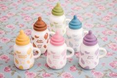 Las tazas de cerámica coloridas con la entrerrosca formaron los casquillos del silicón Imagen de archivo