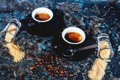 las tazas del café express de café, ristretto fuerte sirvieron en café italiano Imagen de archivo libre de regalías