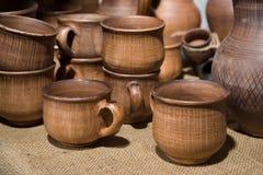 Las tazas, los potes y el otro vajilla de cerámica Imagen de archivo libre de regalías