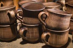 Las tazas, los potes y el otro vajilla de cerámica Fotografía de archivo libre de regalías