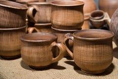 Las tazas, los potes y el otro vajilla de cerámica Imágenes de archivo libres de regalías