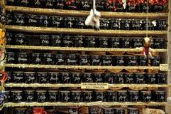 Las tazas personalizadas con nombres vendieron en mercado de la Navidad en Colonia Fotografía de archivo