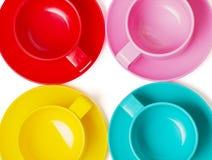 Las tazas y las placas coloridas plásticas - perfeccione para la comida campestre Imagen de archivo