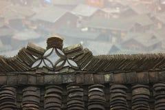 Las tejas antiguas en el tejado fotos de archivo