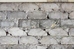 Las tejas beige grandes de la pared se cayeron, la textura de la fundación concreta Trabajo defectuoso fotos de archivo
