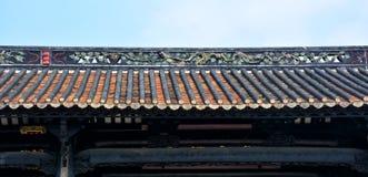Las tejas de los aleros del goteo y la escultura de arcilla de aleros Imagen de archivo