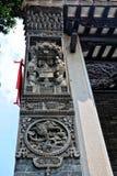Las tejas de los aleros del goteo y la escultura de arcilla de aleros Imagenes de archivo