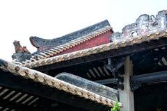 Las tejas de los aleros del goteo y la escultura de arcilla de aleros Foto de archivo