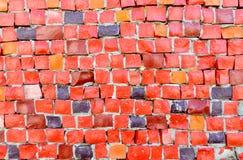 Las tejas de mosaico rojas de tamaños irregulares arreglaron en un adorno del fondo Fotos de archivo