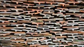 Las tejas de piedra de diversas sombras se apilan en una pila grande Imagen de fondo Material de construcción Fotos de archivo libres de regalías