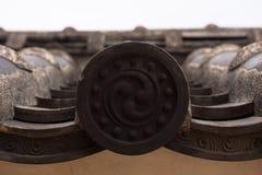 Las tejas de tejado adornadas en las paredes de la Himeji se escudan fotos de archivo