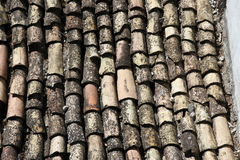 Las tejas de tejado viejas/tejaron el tejado, región de Abruzos, Italia imagen de archivo