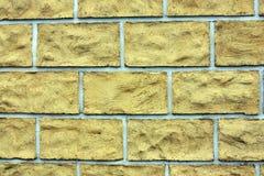Las tejas que hacen frente amarillas en la pared del cemento Fotografía de archivo