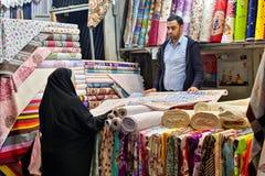 Las telas negocian en un bazar magnífico, Teherán, Irán Imagen de archivo libre de regalías