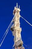 Las telecomunicaciones mast en un fondo azul Imágenes de archivo libres de regalías
