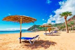 Las Teresitas, Тенерифе, Канарские острова, Испания: Сценарное изображение пляжа Las Teresitas и деревни San Andres стоковое фото