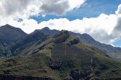Las terrazas de varias capas dentro del valle sagrado de los incas foto de archivo