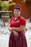 LAS TERRENAS, DOMINIKANISCHE REPUBLIK - 28. SEPTEMBER 2016: nicht identifiziertes jugendlich Mädchen in der Uniform, die vor dem  Stockbild