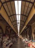 Las teteras y las cacerolas se alinearon en un bazar turco Foto de archivo libre de regalías