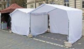 Las tiendas blancas del nombre de la lona para los pequeños mercados están instaladas no en la calle fotografía de archivo libre de regalías