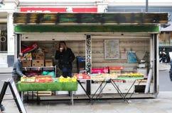 Las tiendas del hombre para la fruta en la acera se colocan en Kensington Londres Reino Unido el 10 de enero de 2018 Imágenes de archivo libres de regalías