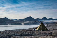 Las tiendas del sitio para acampar en Svalbard en el glaciar afrontan la lengua Imagen de archivo libre de regalías