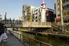 Las tiendas en los ambos lados del canal de Dotonbori Shinsaibashi es un distrito en la sala de Chuo-ku de Osaka fotos de archivo libres de regalías