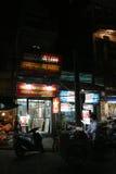 Las tiendas se abren por la tarde en Hanoi (Vietnam) Foto de archivo libre de regalías