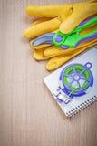 Las tijeras de podar de los guantes de la seguridad que cultivan un huerto cultivan un huerto cuaderno del alambre del lazo en el Imágenes de archivo libres de regalías